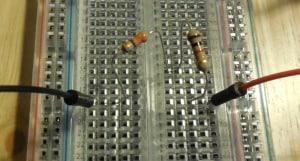 Rezystory 330Ω i 1kΩ połączone szeregowo na płytce stykowej.