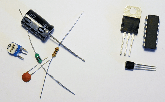 Po lewej stronie: elementy bierne, jak kondensatory, cewka i rezystor. Po prawej stronie: elementy aktywne, czyli tranzystory i układy scalone.