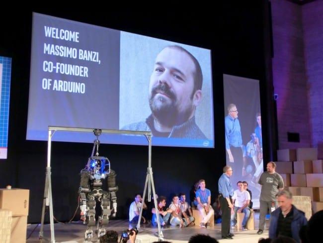 Massimo Banzi na scenie Maker Faire 2015.