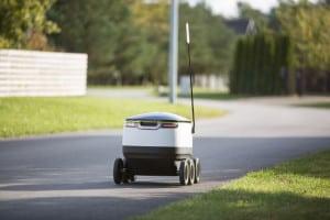 Robot-kurier porusza się po chodniku