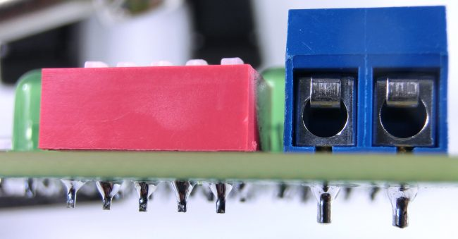 Widok na przylutowany przełącznik i złącze zasilania.