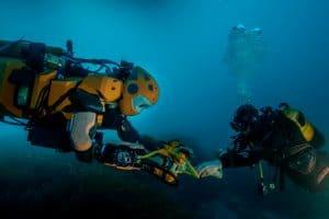 Humanoid bada wraki statków i rafy koralowe