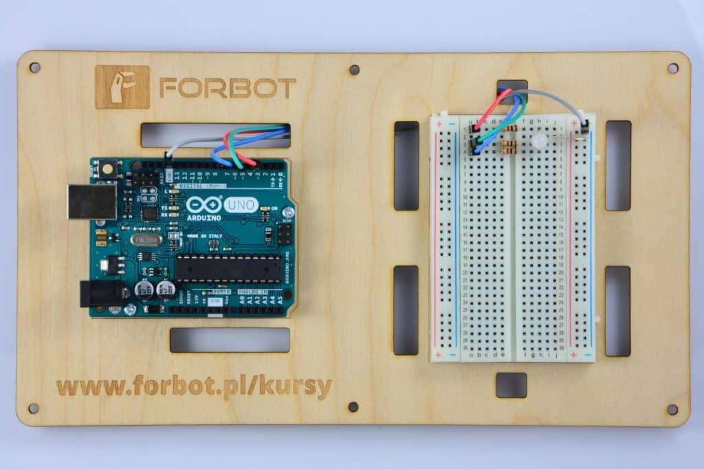 Dioda RGB podłączona do Arduino.