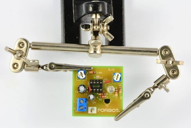 Krok 10: Montaż kondensatorów elektrolitycznych.