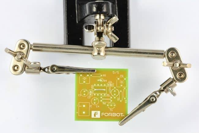 Krok 1: montaż zworki pod układem NE555.