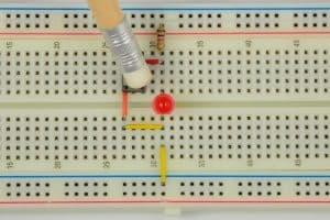 Przycisk wciśnięty (1) – dioda nie świeci (0).