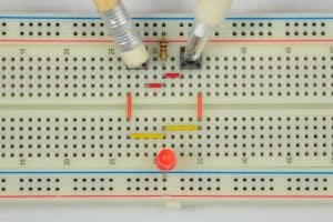 Oba przyciski wciśnięte – dioda świeci.