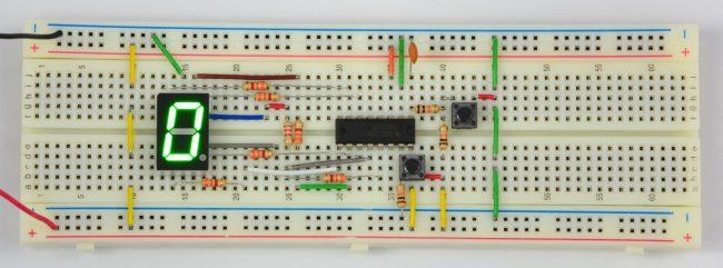 Złożony układ sterownika wyświetlacza 7-segmentowego.