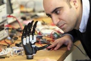 Proteza ręki, która widzi i rozpoznaje przedmioty
