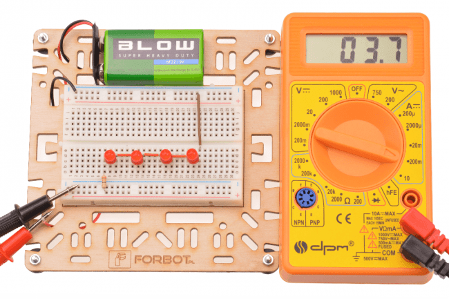 Układ z 4 diodami połączonymi szeregowo.Wykorzystana uniwersalna podstawka.