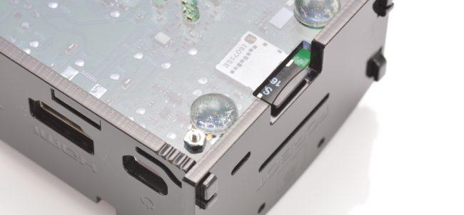 Karta microSD włożona do Raspberry Pi (widok od dołu).