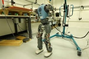 Robot poznaje własne ciało i uczy się chodzić