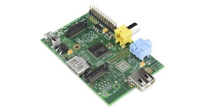 Pierwsza wersja minikomputera - Raspberry Pi 1 model A. Źródło zdjęcia: Wikipedia.