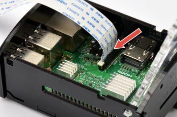 Styki skierowane w stronę złącza HDMI.