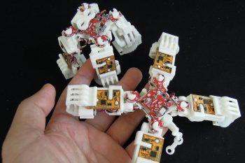 Miniaturowe roboty kroczące z napędami liniowymi DIY
