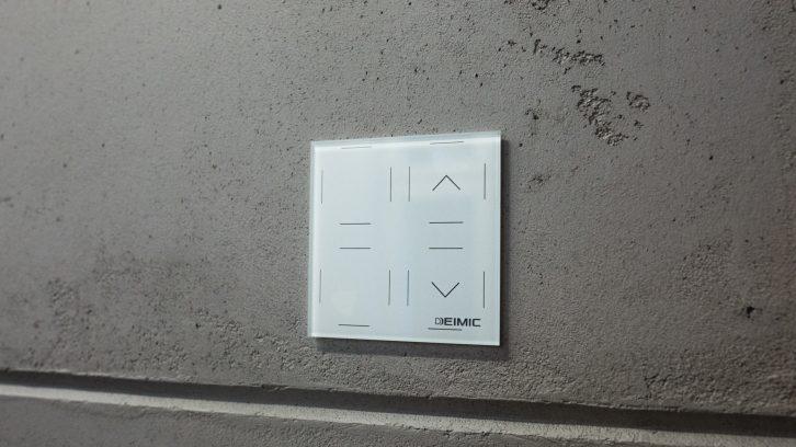 Szklany przełącznik w wersji białej.
