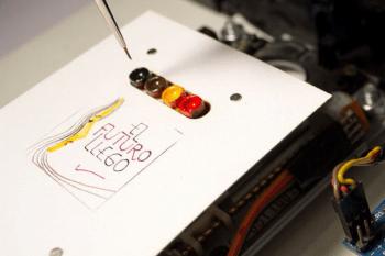 Robot-arysta Arduino maluje obrazy olejne