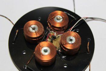 Elektromagnesy i czujniki w podstawie
