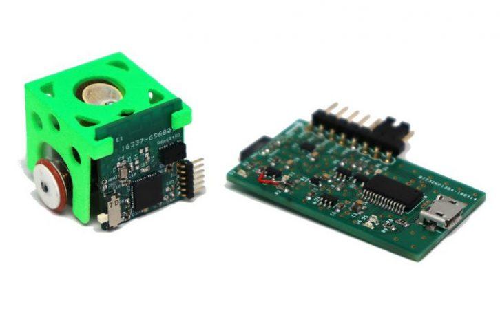 Robot i płytka z ładowarką, programatorem oraz konwerterem UART/USB.