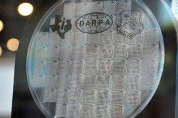 Układ scalony zbudowany z milionów mikroluster, zdolnych precyzyjnie sterować odbijanymi wiązkami światła