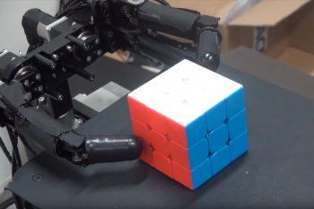 Superszybkie palce robota układają kostkę Rubika