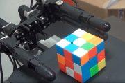 Robot, który układa kostkę Rubika trzema palcami