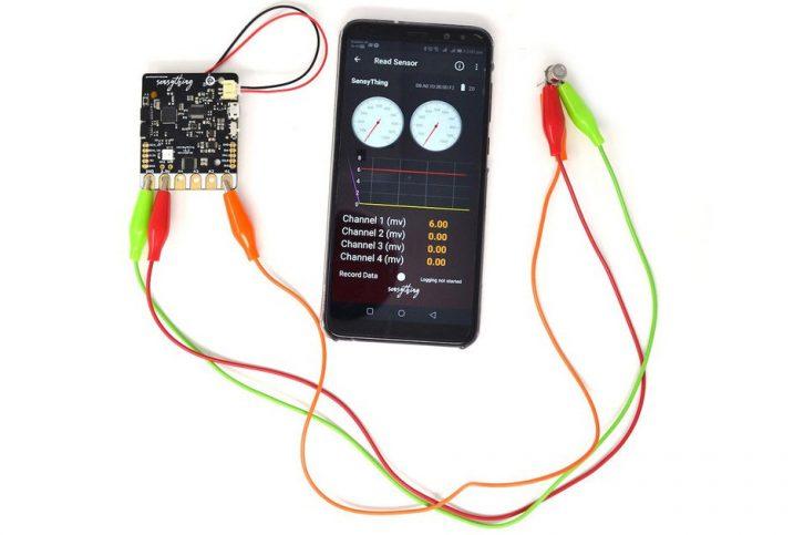 Dane można także oglądać na ekranie telefonu dzięki aplikacji wspierającej połączenie Bluetooth
