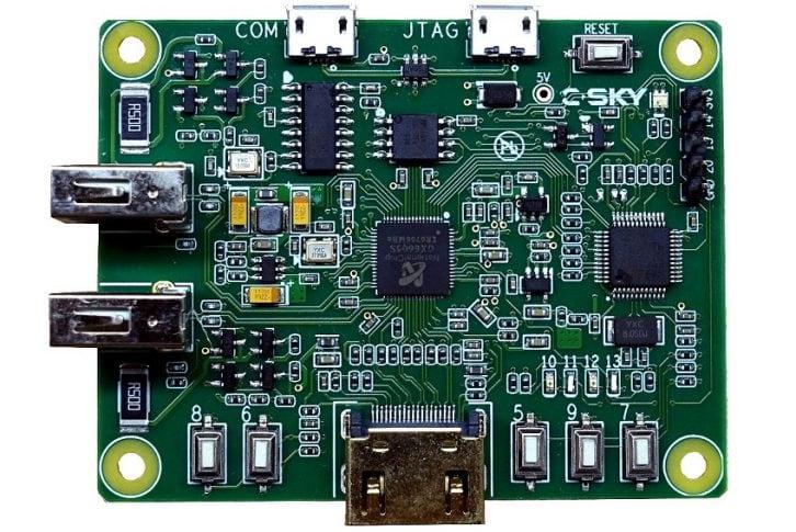 Płytka C-SKY Linux Development Board z widocznymi złączami i programowalnymi przyciskami