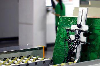Specjalne maszyny obracają płytki dwustronne