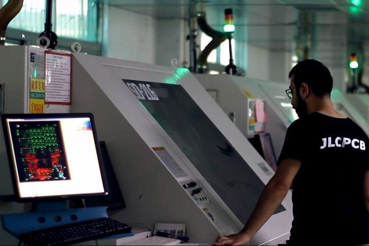 Mimo wysokiego stopnia automatyzacji, ludzie nadal są potrzebni w fabrykach PCB