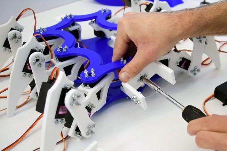 Montaż wydrukowanych części robota