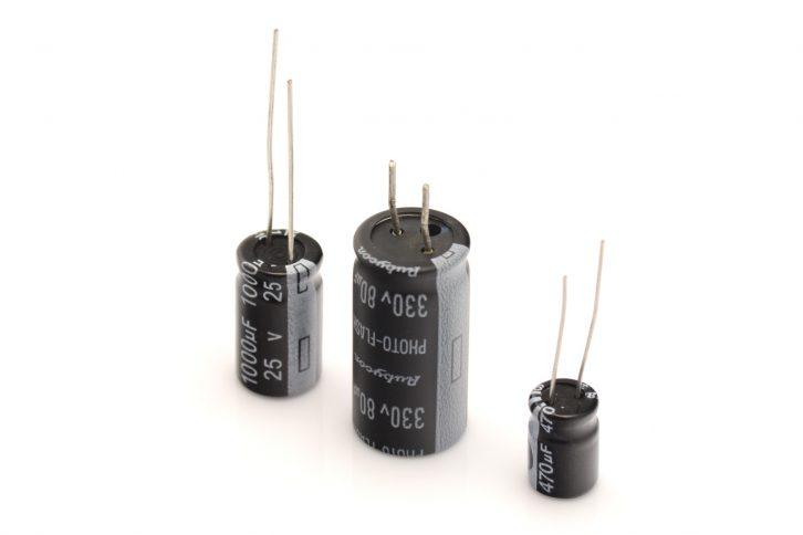 Jak widać rozmiar kondensatora nie zależy tylko od jego pojemności