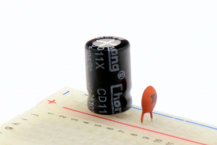 Przykładowy filtr złożony z kondensator elektrolitycznego i ceramicznego