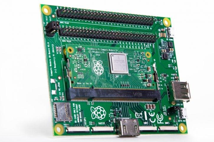 Nowe Raspberry Pi Compute Module w starej wersji modułu developerskiego.