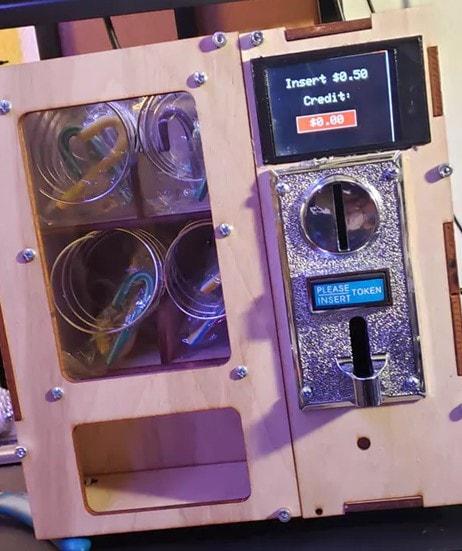 Automat wypełniony towarami i z działającym wyświetlaczem