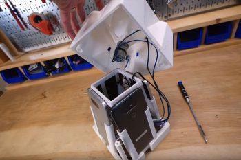 Silnik szczotkowy napędza obrotową misę z brokatem