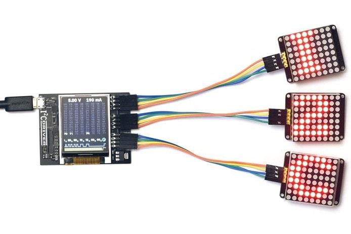 I2CDriver z podłączonymi 3 modułami wyświetlaczy LED na I2C