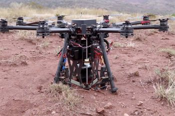 Jak wykopać dziurę w ziemi za pomocą dużego drona?