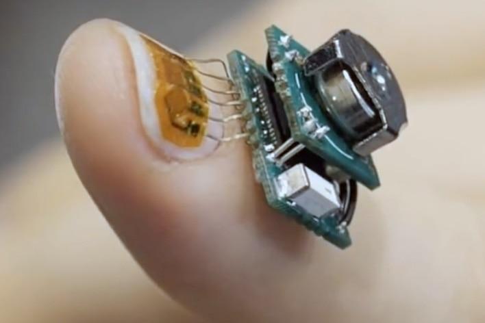 Paznokieć z naklejonymi tensometrami i miniaturowym komputerem