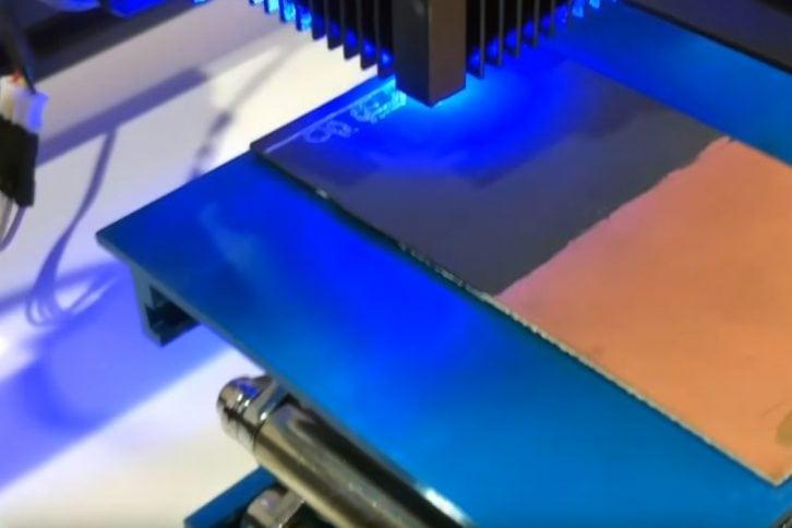 Proces usuwania farby z PCB