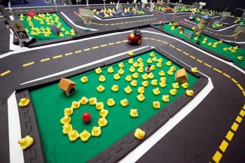 Autonomiczny samochód dla miasta pełnego małych kaczek
