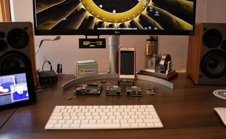 Urządzenie w środowisku docelowym – zamontowane pod monitorem