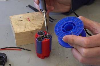 Lutowanie baterii kondensatorów w obudowie