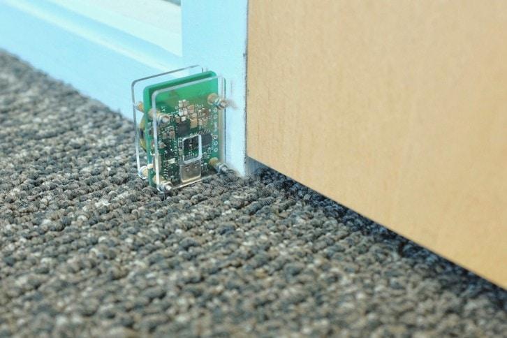 Nadajnik ustawiony przy drzwiach może wykryć ich otwarcie