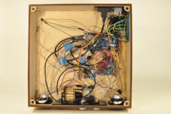 Niezbędna elektronika we wnętrzu instrumentu
