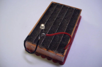 Zbuduj baterię DIY z ziemi ogrodowej, sody i cienkich blaszek