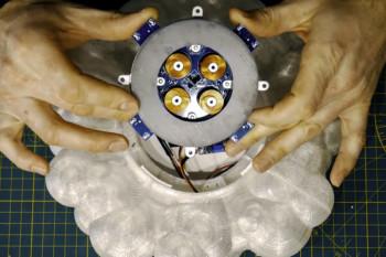 Oryginalna lampa DIY z lewitującą rakietą SpaceX