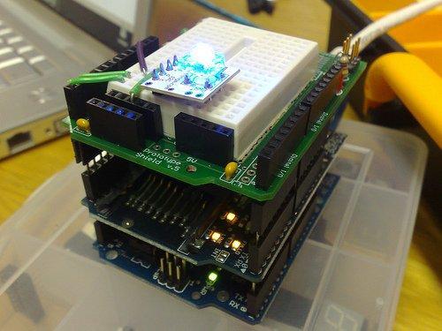 Przykład połączenia podstawowej płytki Arduino z dwoma shield'ami (zdjęcie znalezione na forum.zomgstuff.net)