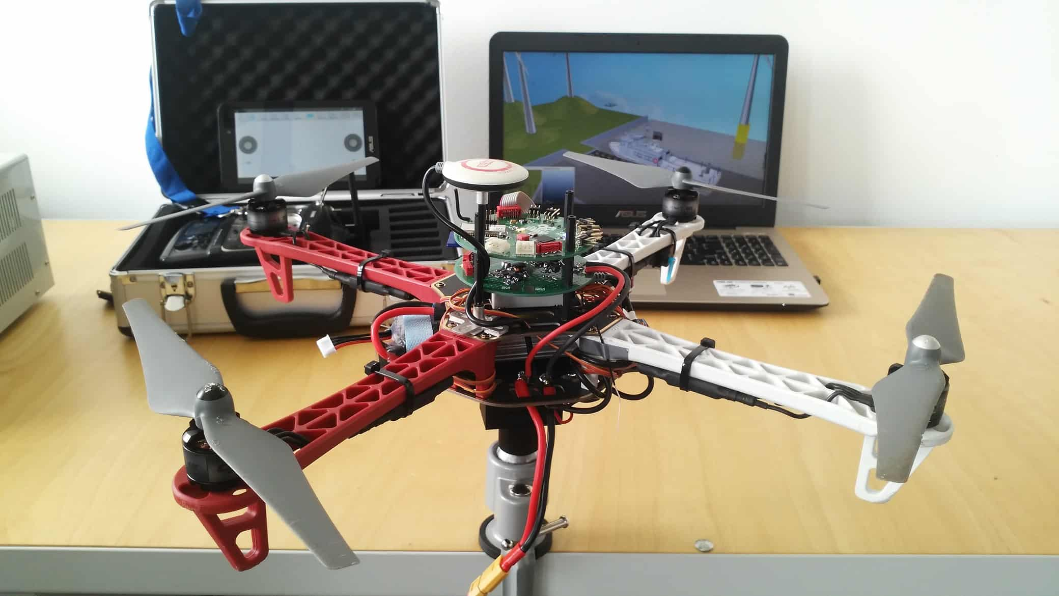 AI-QUADRO - Stanowisko do badania sys. ster. platform wielowirnikowych