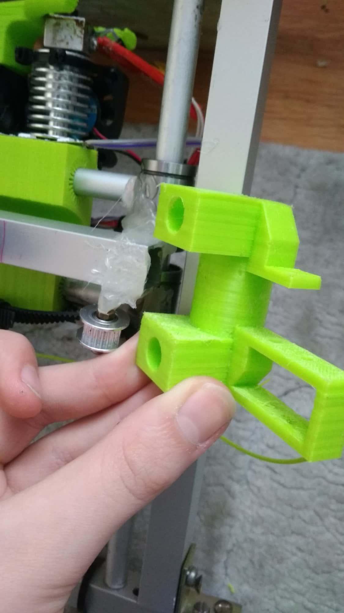 Budżetowa drukarka 3D wydrukowana na samej sobie.